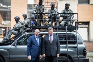 Charles Michel et Jan Jambon en visite à Etterbeek, au siège des unités spéciales de la police fédérale (photo Belga)