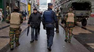 Militaires et policiers patrouillent ensemble dans le cadre de l'opération Vigilant Guardian