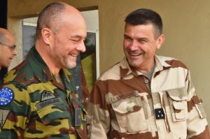 Le 17 janvier 2017, le général de brigade Peter Devogelaere a reçu la visite du général de division François-Xavier de Woillemont, commandant de la force Barkhane (photo EUTM Mali)