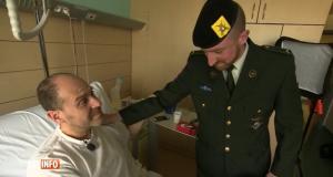 Le soldat Nathan rencontre Walter Benjamin (capture d'écran RTL-TVI)