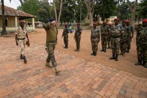 Le GBR RUYS salue les troupes avant de viviter le camp KASSAI (crédit-photo: EUTM RCA/ V. Tritz)