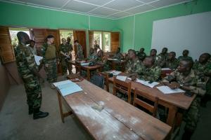 Le GBR RUYS visite la salle de cours d'angais (crédit-photo EUTM RCA/V. Tritz)