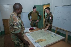 Le GBR RUYS assiste à un cours de tactique (crédit-photo EUTM RCA/V. Tritz)