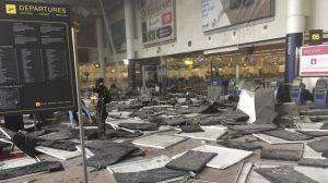 Un militaire du bataillon ISTAR sécurise le lieu de l'attentat à l'aéroport de Zaventem peu après les explosions. (photo REUTERS/Jef Versele/Handout)