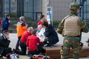 Un militaire sécurise les abords de l'aéroport de Zaventem pendant l'intervention des secours (photo BE Defense)