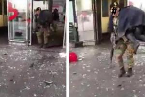 Cette photo postée sur Facebook a fait le buzz. Un militaire du bataillon ISTAR évacue un blessé de l'aéroport de Zaventem.
