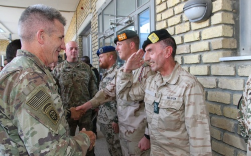 Un Militaire Belge Se Distingue En Afghanistan Et Reçoit Les Félicitations Du Général Américain